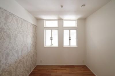 寝室 (ブルーグレーのクロスに白い窓枠の室内窓。シックな女子リノベ。)
