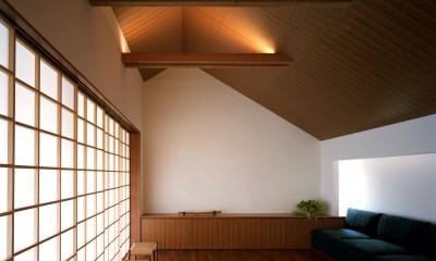 【つなぎ梁の家】  柔らかな光に包まれたリビング空間 (リビングダイニング)
