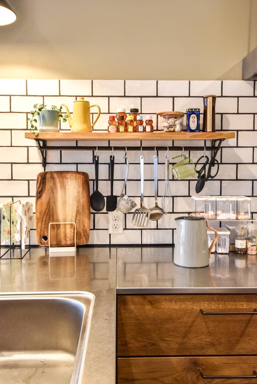 """""""好き""""に囲まれて暮らすアトリエのあるリノベーション (キッチン)"""