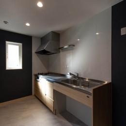 DIYで作る和の平屋住宅 (アクセントクロスの映えるスタイリッシュなキッチン)