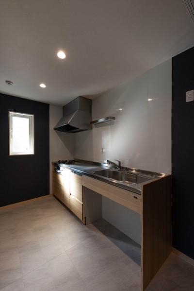 アクセントクロスの映えるスタイリッシュなキッチン (DIYで作る和の平屋住宅)