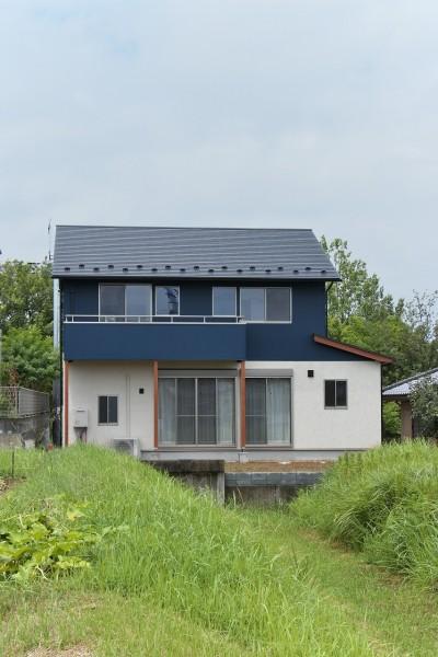 吹抜に無垢材と自然素材の家 (おしゃれなツートンカラーの外観)