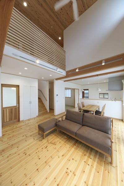 吹抜に無垢材と自然素材の家 (吹抜の解放感溢れるリビング)