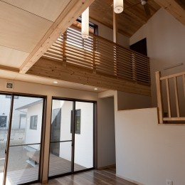 木が香る2世帯住宅 (吹抜と大きな窓で自然採光に優れたリビング)
