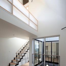 阿佐ヶ谷ライト・エコハウス (階段と吹抜けのあるリビング・ダイニング)