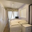 メゾネットをリフォームで西海岸スタイルにの写真 淡いラベンダーの壁が美しいベッドルーム