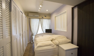 メゾネットをリフォームで西海岸スタイルに (淡いラベンダーの壁が美しいベッドルーム)