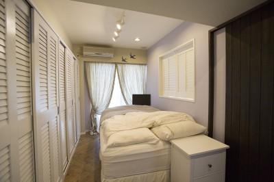 淡いラベンダーの壁が美しいベッドルーム (メゾネットをリフォームで西海岸スタイルに)