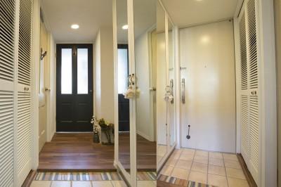 光を採り入れるリビングの窓付き扉 玄関に通じる廊下も明るいイメージに (メゾネットをリフォームで西海岸スタイルに)