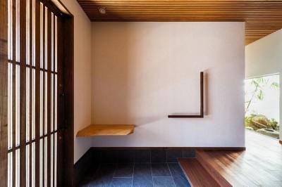玄関と坪庭 (住道の家)