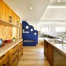 週末の家 セカンドハウスは「海」がテーマの写真 ユニークなアクセント壁のあるキッチン