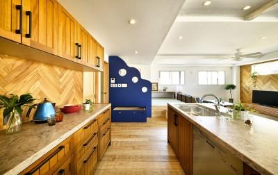 ユニークなアクセント壁のあるキッチン (週末の家 セカンドハウスは「海」がテーマ)