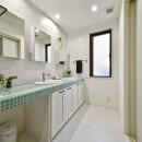 週末の家 セカンドハウスは「海」がテーマの写真 さわやかな色合いの洗面台