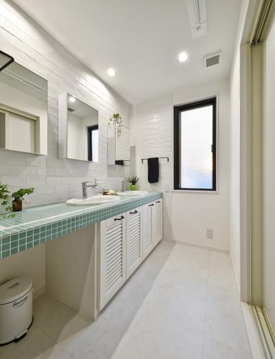 さわやかな色合いの洗面台 (週末の家 セカンドハウスは「海」がテーマ)