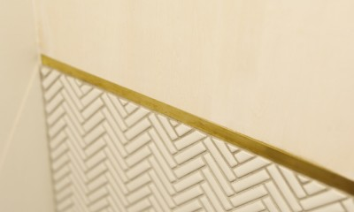 S邸-素材選びにこだわって、シンプルな家が個性的に (トイレの壁面)