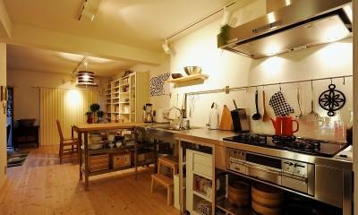 家族全員気持ちよく過せる、自然素材と回遊間取りの家 (キッチン)