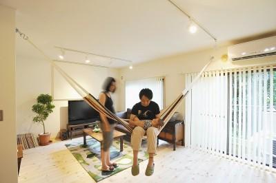 家族全員気持ちよく過せる、自然素材と回遊間取りの家 (リビング)