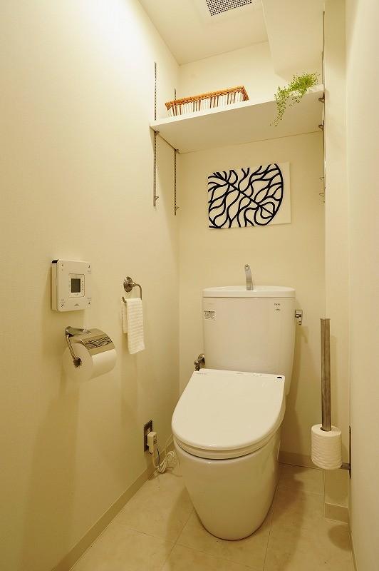 家族全員気持ちよく過せる、自然素材と回遊間取りの家 (トイレ)