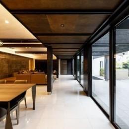 摂津の家 (キッチン側からリビングルームを見る)