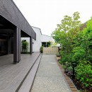 摂津の家の写真 屋根付きタイルデッキテラスと庭園