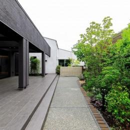 摂津の家 (屋根付きタイルデッキテラスと庭園)