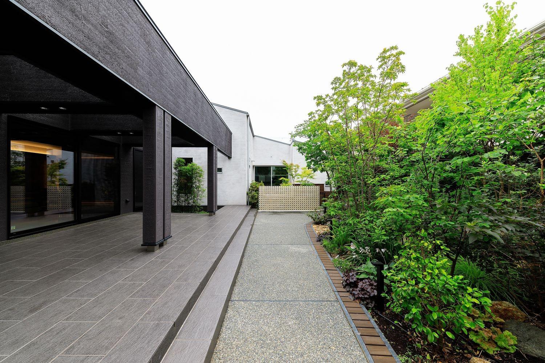 アウトドア事例:屋根付きタイルデッキテラスと庭園(摂津の家)