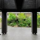 摂津の家の写真 タイルデッキテラスから庭を見る