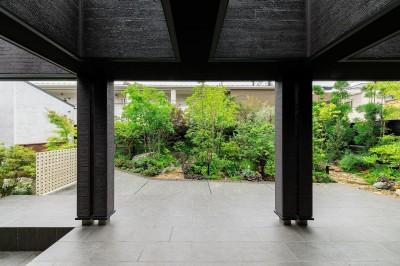 タイルデッキテラスから庭を見る (摂津の家)