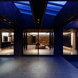 摂津の家 (タイルデッキテラスから見たLDK空間)
