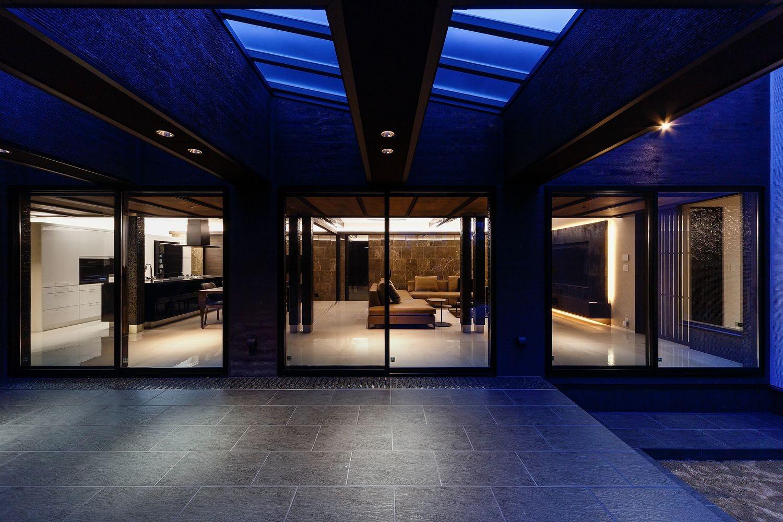リビングダイニング事例:タイルデッキテラスから見たLDK空間(摂津の家)