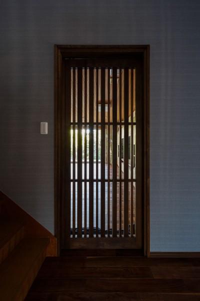 ホールからリビングルームを見る (住道の家)