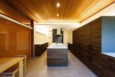 3つの並列カウンターのあるキッチン (住道の家)