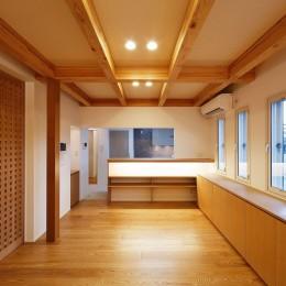 南大阪の家② (ダイニングルームと奥のキッチン)