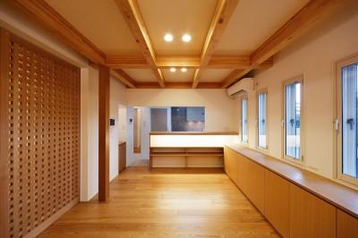 ダイニングルームと奥のキッチン (南大阪の家②)