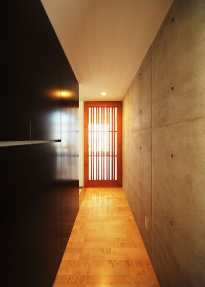 廊下からLDKの入口へ (VILLA ROKKOU)