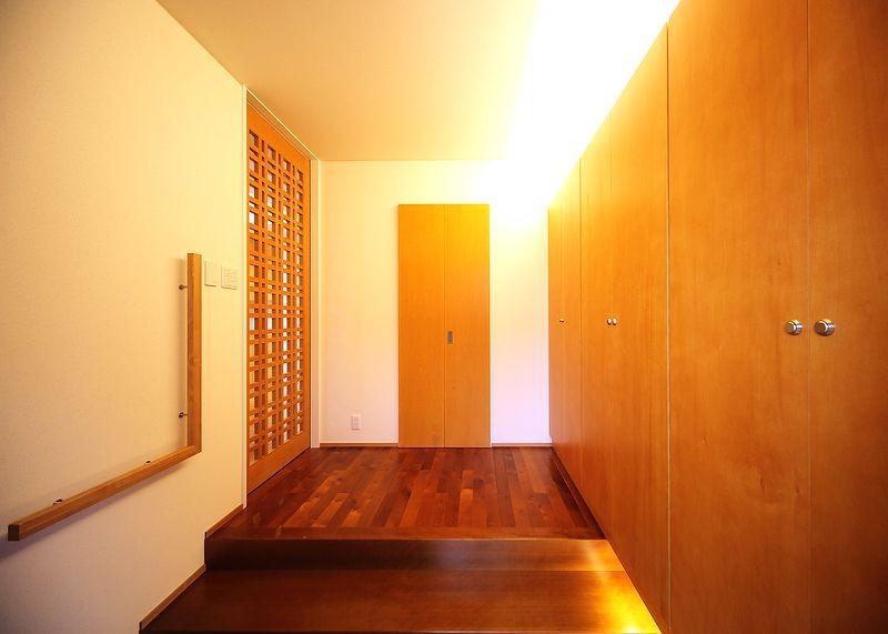 IN・EX・PLUS (玄関と玄関収納壁)