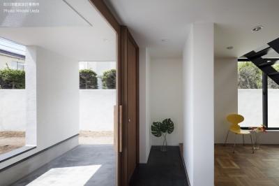 ポーチと玄関とリビングの繫がり (建もの探訪で放送 レコード棚のある家 OUCHI-43)