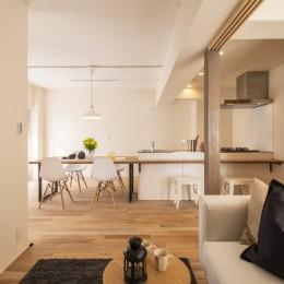 間取りを解放してキッチン一体型ダイニングが中心のマンション・リノベーション (リビングからダイニングキッチンを望む)
