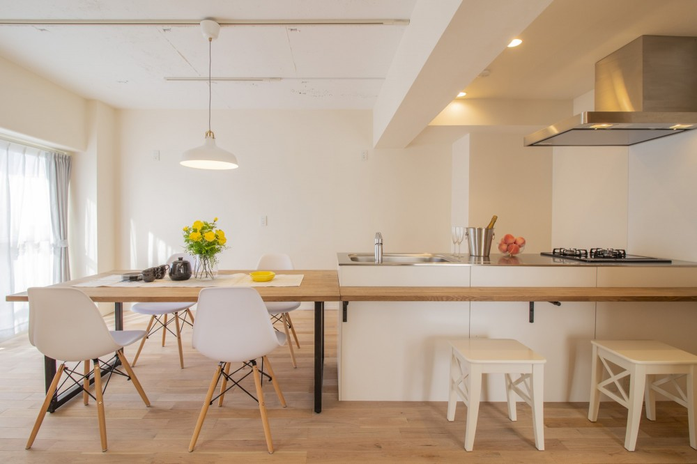 間取りを解放してキッチン一体型ダイニングが中心のマンション・リノベーション (キッチン一体型ダイニングテーブルのある茶の間空間:ダイニング・キッチン)