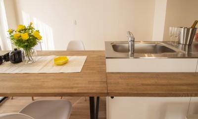 間取りを解放してキッチン一体型ダイニングが中心のマンション・リノベーション (キッチン一体型ダイニングを可動式にする)