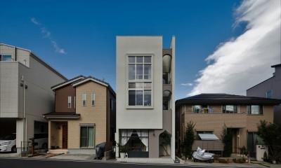 春日町の店舗併用住宅 20坪の狭小地に建つ店舗併用住宅3階建て