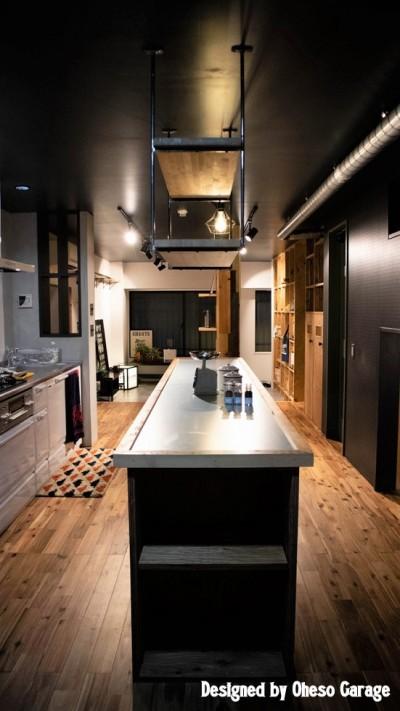キッチン/テーブル (「家族の繋がりを最優先にした、ドミトリーのような家」座間市U様邸)