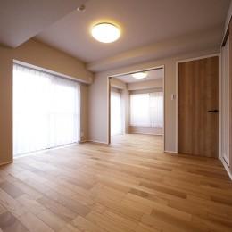 ネイビーブルーのリビングドアの部屋