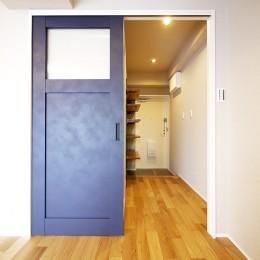 ネイビーブルーのリビングドアの部屋 (リビング扉と廊下)