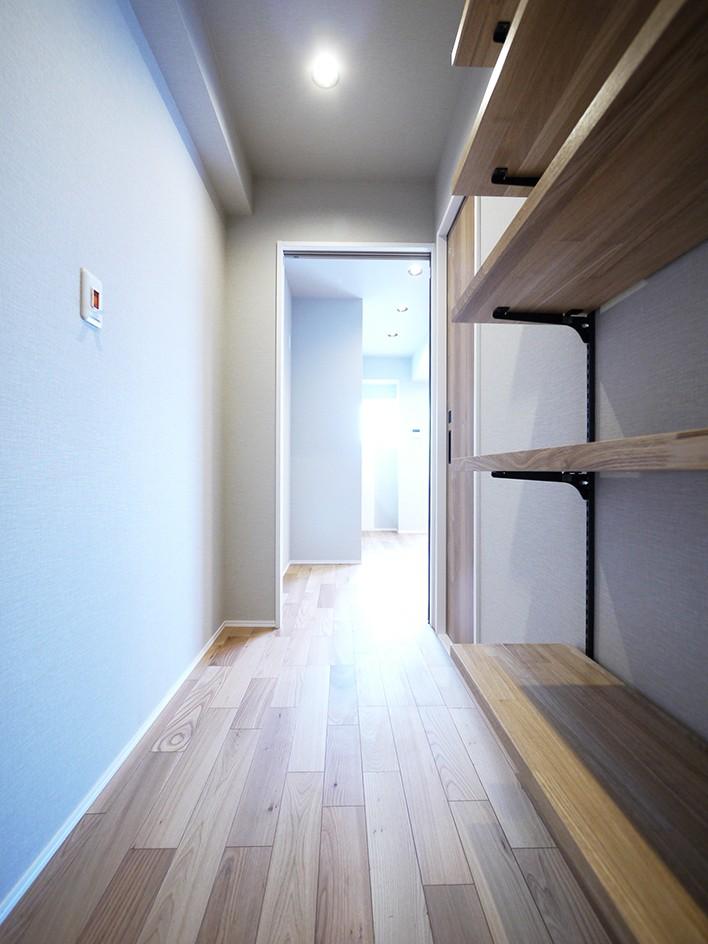 ネイビーブルーのリビングドアの部屋 (廊下)