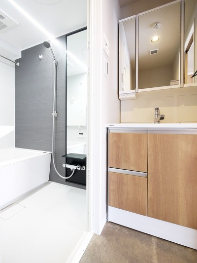 洗面・バス (ネイビーブルーのリビングドアの部屋)