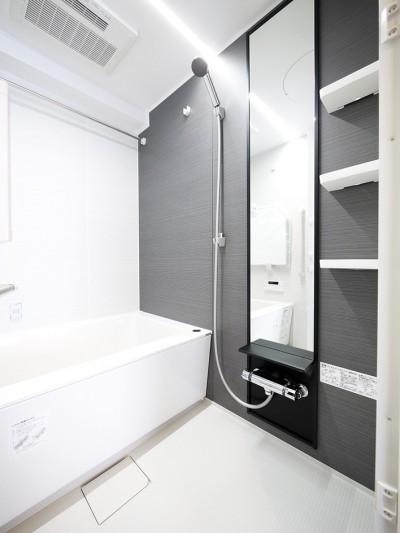 バスルーム (ネイビーブルーのリビングドアの部屋)