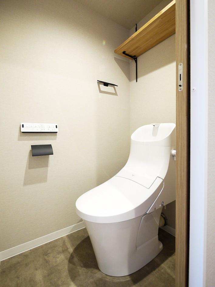 ネイビーブルーのリビングドアの部屋 (トイレ)