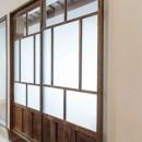 昭和レトロモダンの写真 リビングと縁側を繋ぐ扉