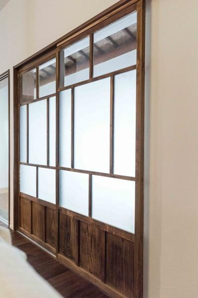 昭和レトロモダン (リビングと縁側を繋ぐ扉)